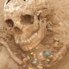 Reste d'un collier de perles autour d'un crâne, époque mérovingienne