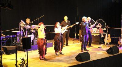 La troupe du HUTZEL'S Cabaret chante sur scène - vuparici