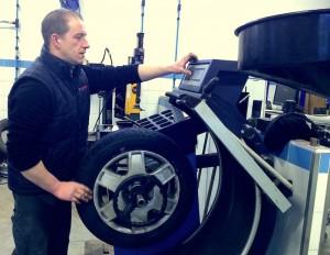 Christophe SCHERER au travail au garage Kiko Pneus à Wasselonne - Vu par ICI