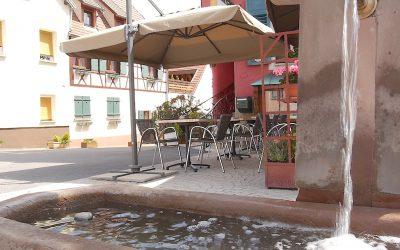Ambiance estivale à la terrasse du restaurant Le Relais des Saveurs à Marlenheim